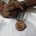 colgante de madera pirograbada con inicial