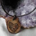 Colgante de madera con corazón pirograbado