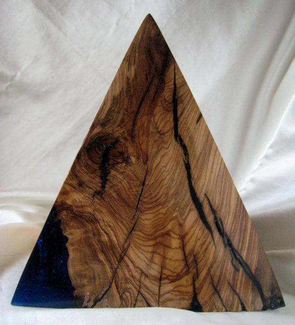 pirámide de madera de olivo